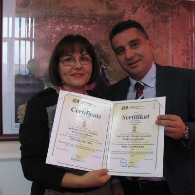 mr Mirjana Stanić i Slobodan Milošević prilikom uručenja sertifikata